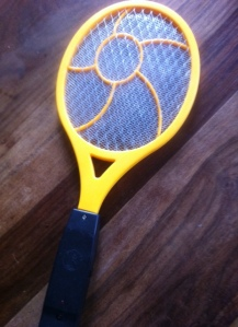 Spiel, Satz und Sieg: Die Elektrische Fliegenklatsche haut kleine Plagegeister weg