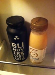 Smoothies im Kühlschrank: Der weiße von innocent und der ebenfalls weiße von true fruits.