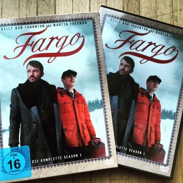 Trotz der leuchtend roten Jacke, die Martin Freeman da trägt: Fargo ist eine düstere Serie.